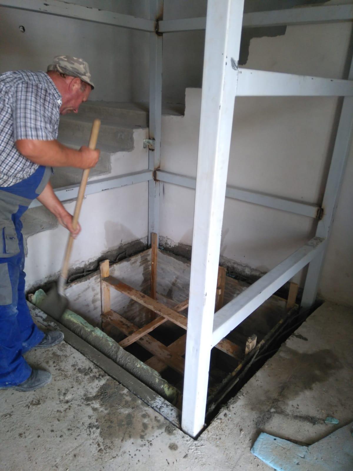 Die Rahmenkonstruktion für den Fahrstuhl wird einbetoniert – agape e.V.